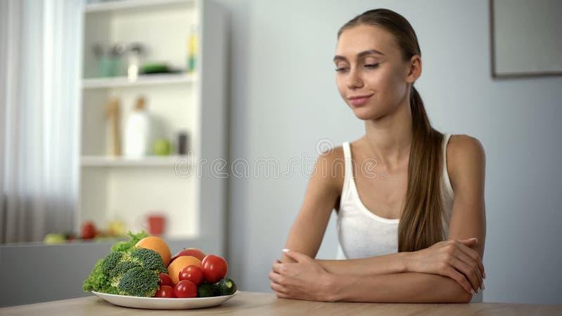Mulher feliz que olha a placa com vegetais, nutrição saudável, estilo de vida do vegetariano fotografia de stock royalty free