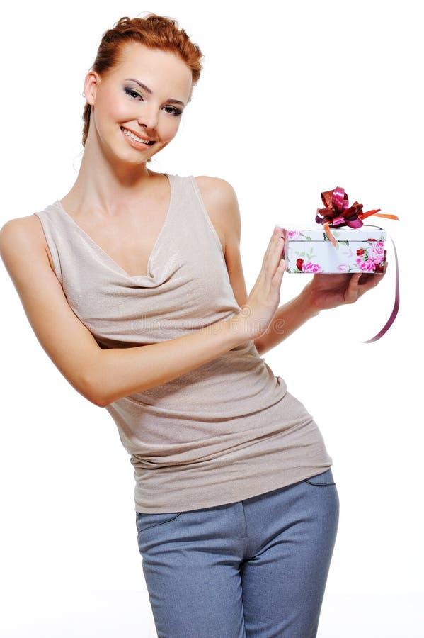 Mulher feliz que prende a caixa atual pequena imagem de stock royalty free