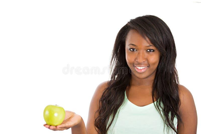 Mulher feliz que prende a maçã verde fotografia de stock