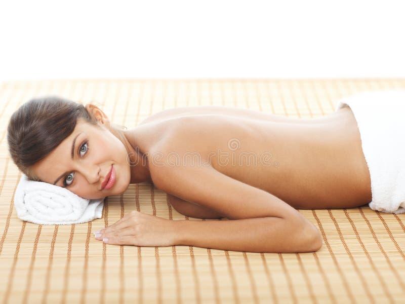 Mulher feliz que prepara-se para a massagem foto de stock royalty free
