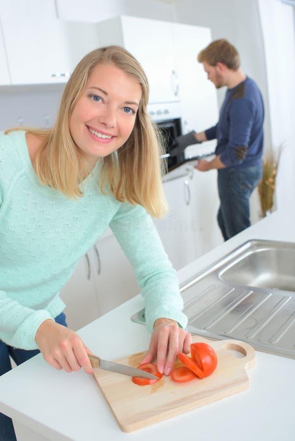 Mulher feliz que prepara vegetais imagens de stock