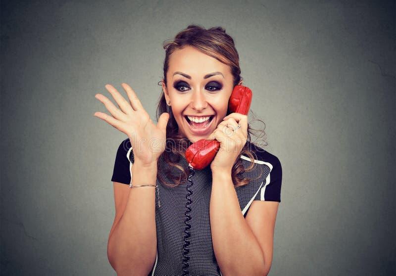 Mulher feliz que recebe a boa notícia que ganha no telefone fotos de stock