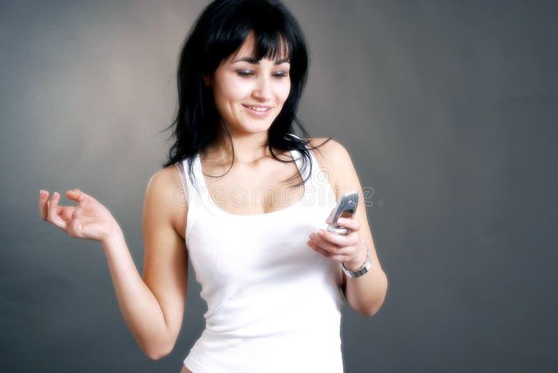 Mulher feliz que recebe o atendimento de telefone foto de stock