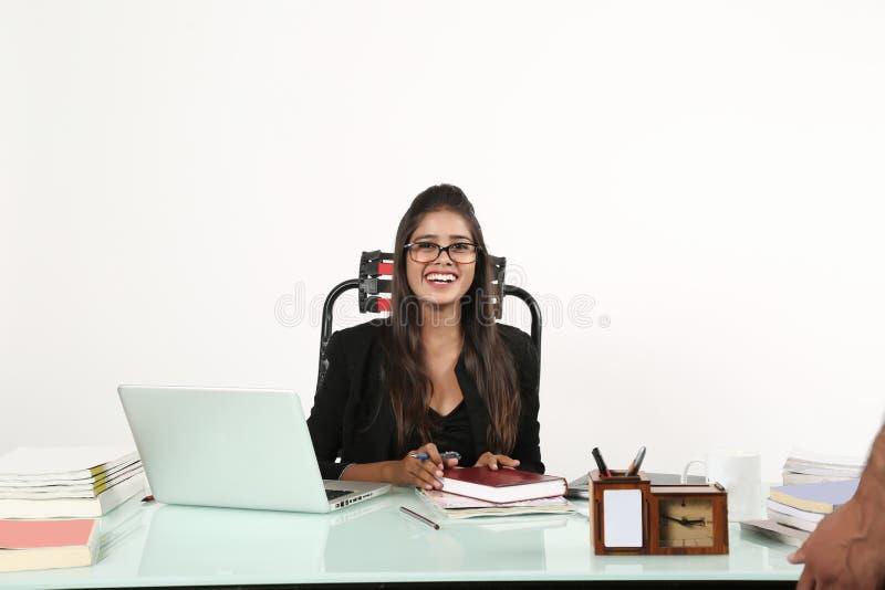 Mulher feliz que senta-se na cadeira na cabine imagens de stock