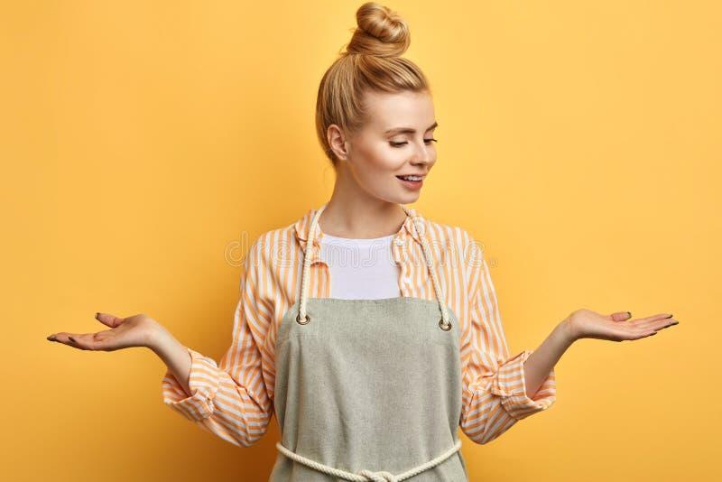 Mulher feliz que tem dúvidas ao levantar as mãos imagem de stock