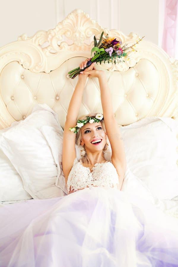 Mulher feliz que tem o divertimento! Modelo de forma Bride fotografia de stock