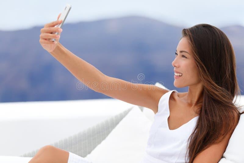 Download Mulher Feliz Que Toma Selfie Em Sofa Outside Foto de Stock - Imagem de telefone, olhar: 65579424