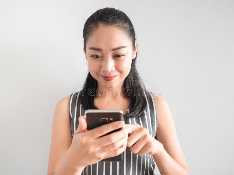 Mulher feliz que usa o smartphone foto de stock royalty free