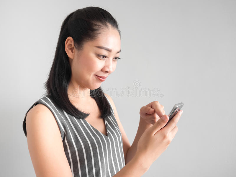 Mulher feliz que usa o smartphone imagens de stock
