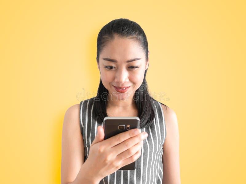 Mulher feliz que usa o smartphone imagem de stock royalty free