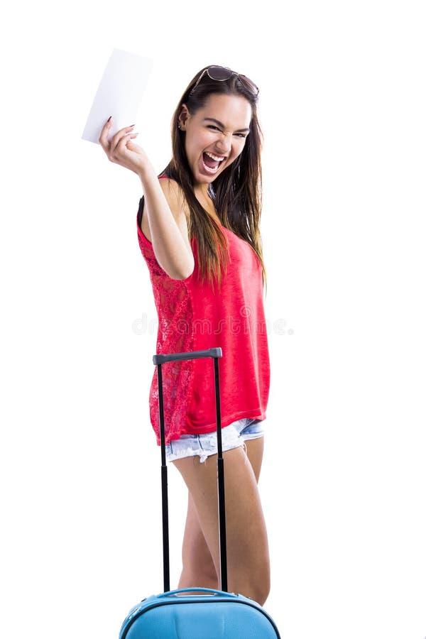 Mulher feliz que guardara um bilhete do vôo foto de stock