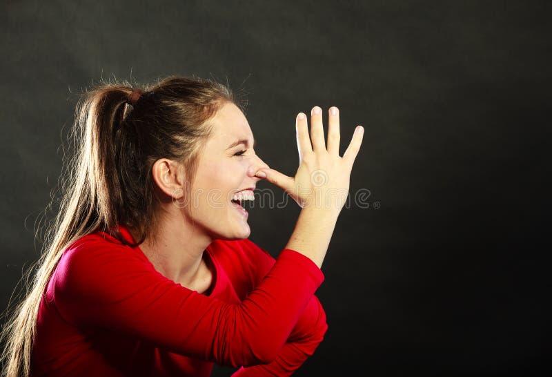 Mulher feliz que zomba tendo o divertimento que joga o tolo imagem de stock