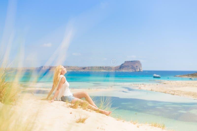 Mulher feliz relaxado que aprecia Sun em férias fotografia de stock