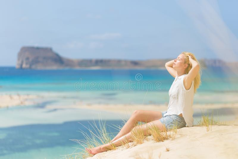 Mulher feliz relaxado que aprecia Sun em férias fotos de stock royalty free