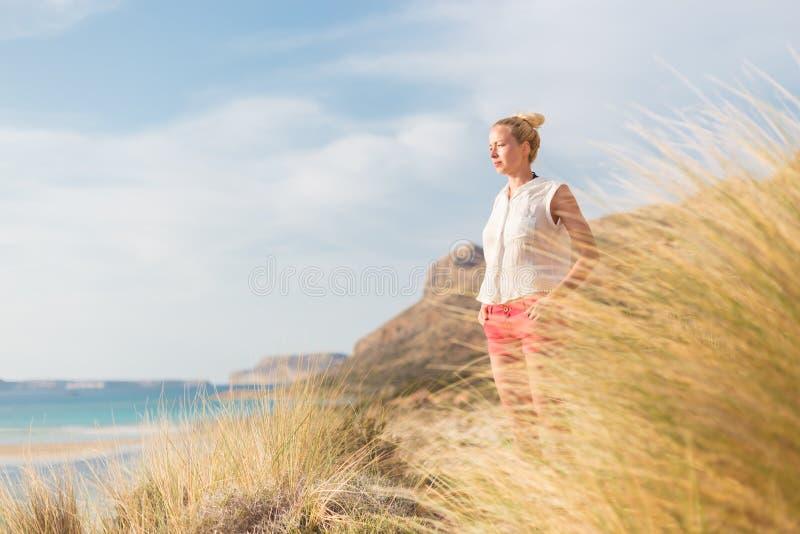 Mulher feliz relaxado que aprecia Sun em férias imagem de stock