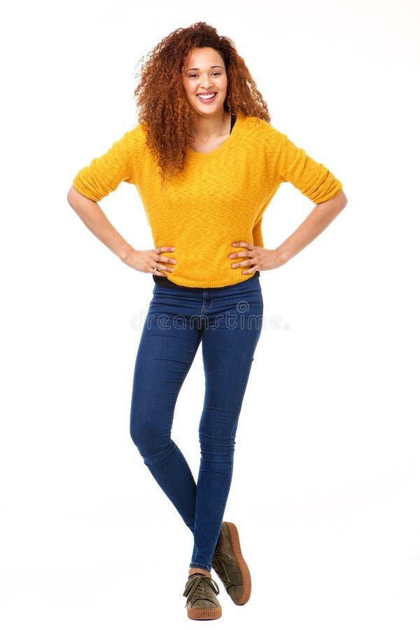 Mulher feliz segura do corpo completo que está contra o fundo branco isolado fotografia de stock