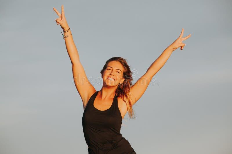 Mulher feliz Sinal da vitória Esfera 3d diferente fotos de stock