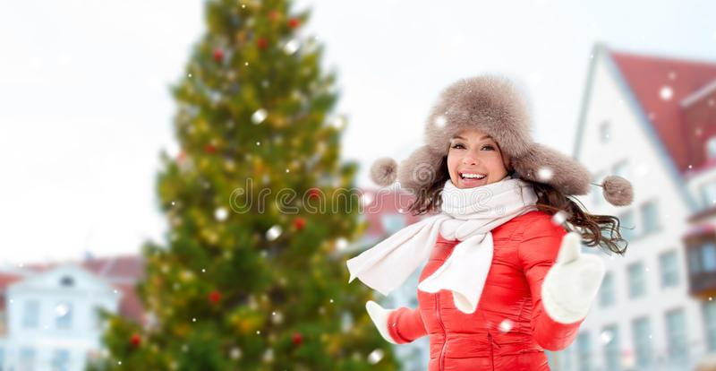 Mulher feliz sobre a árvore de Natal em tallinn imagens de stock royalty free