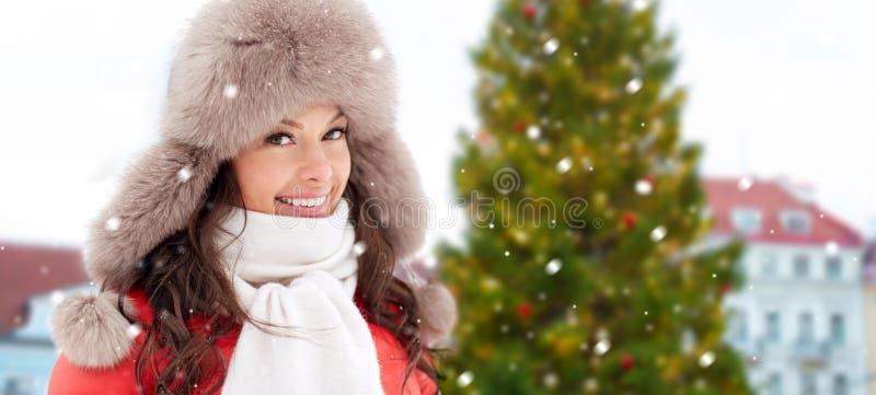Mulher feliz sobre a árvore de Natal em tallinn fotos de stock royalty free