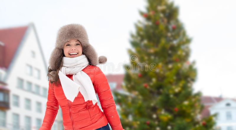 Mulher feliz sobre a árvore de Natal em tallinn imagens de stock