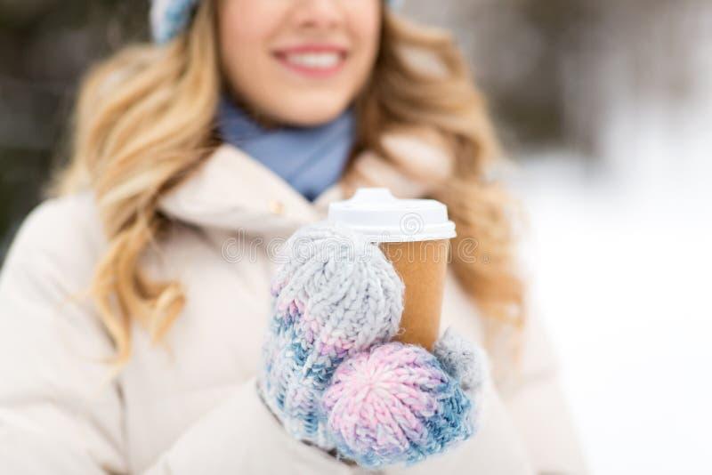 Mulher feliz tomando café ao ar livre no inverno imagens de stock royalty free