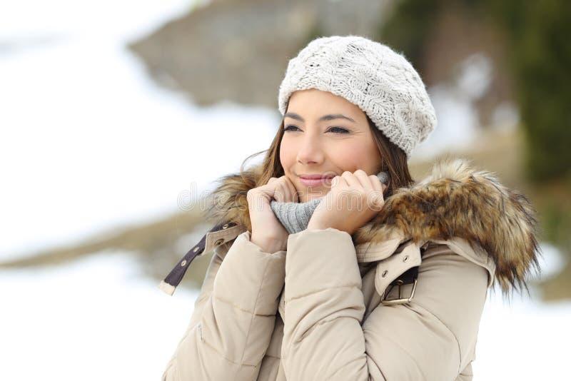 Mulher feliz vestida calorosamente no feriado de inverno fotografia de stock