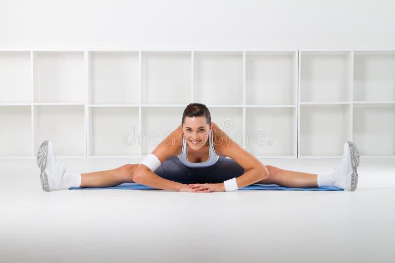 Mulher flexível imagem de stock