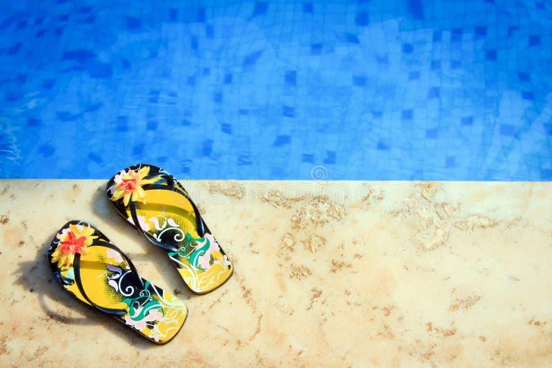A mulher flip-flops perto da associação clara fotografia de stock