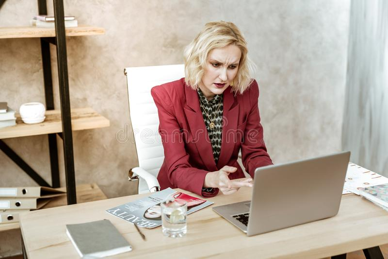 Mulher forçada confusa que é infeliz com resultados do trabalho fotografia de stock royalty free