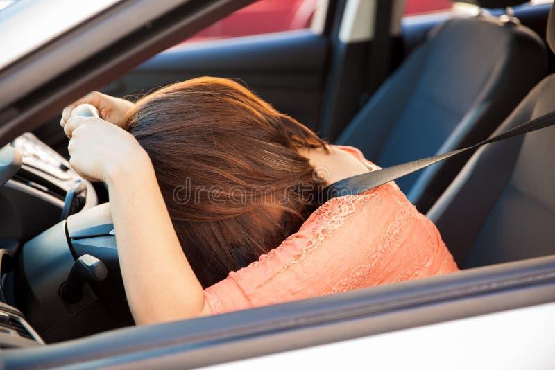 Mulher forçada em um carro imagem de stock
