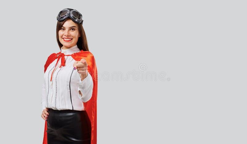 Mulher formal no casaco e em vidros vermelhos fotografia de stock royalty free