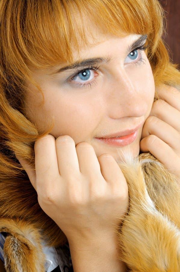 Mulher foxy de olhos azuis consideravelmente de sorriso fotografia de stock