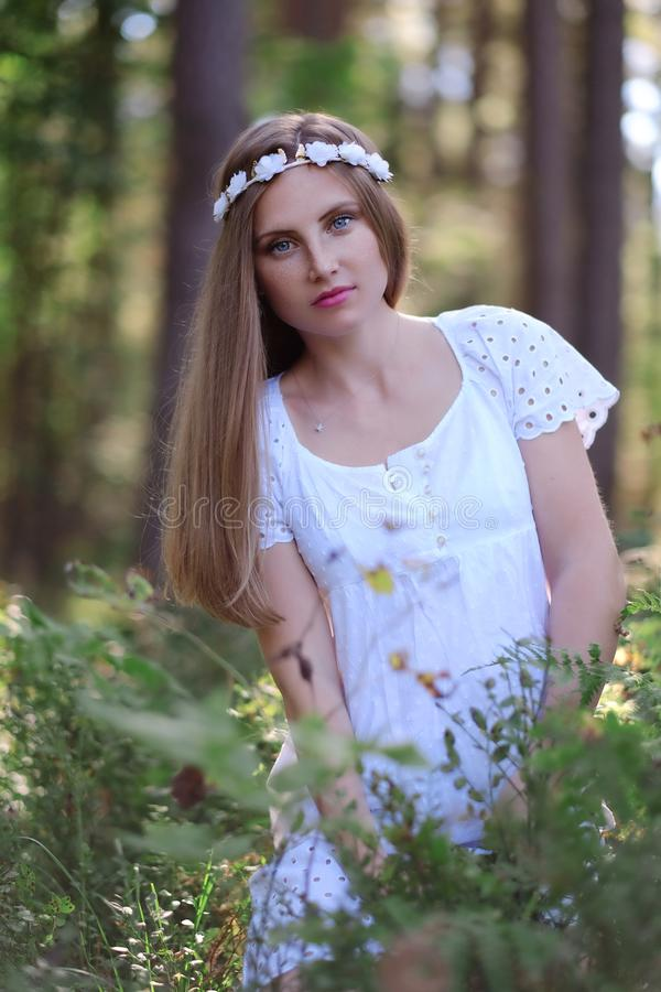 Mulher Freckled com circlet da flor em sua cabeça fotografia de stock