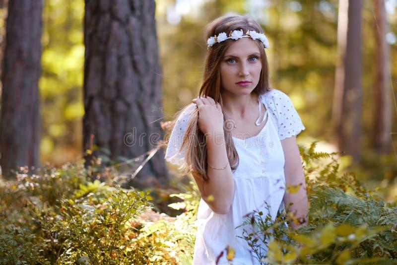 Mulher Freckled com circlet da flor em sua cabeça imagens de stock