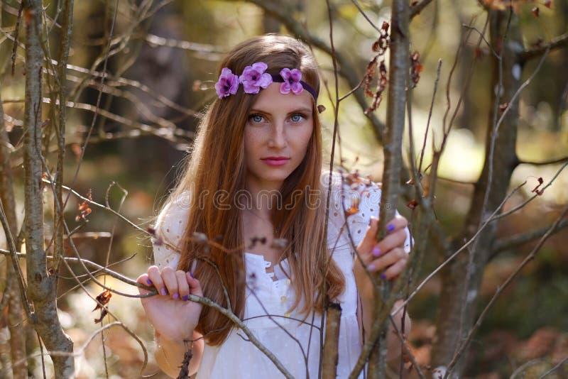 Mulher Freckled com circlet da flor em sua cabeça imagem de stock royalty free