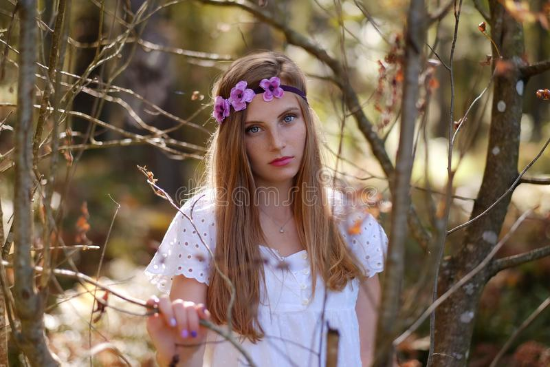 Mulher Freckled com circlet da flor em sua cabeça fotos de stock royalty free