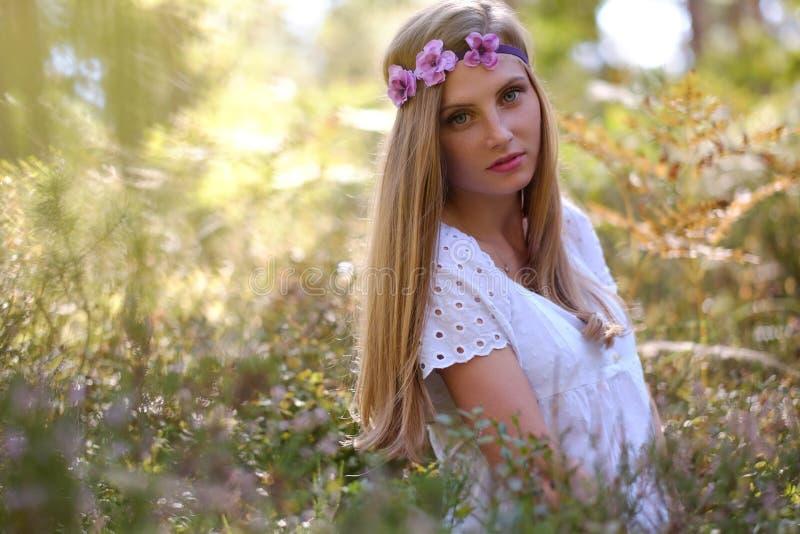 Mulher Freckled com circlet da flor em sua cabeça foto de stock royalty free
