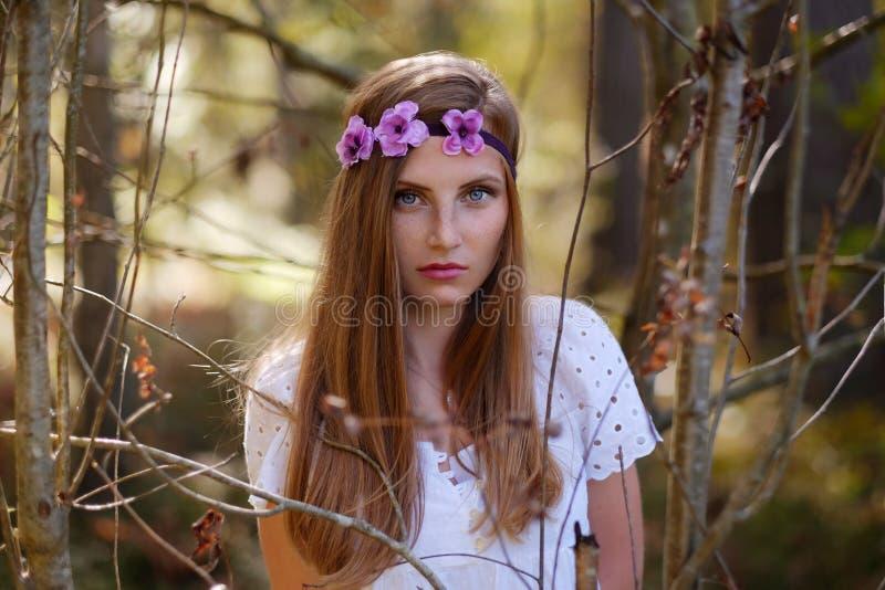Mulher Freckled com circlet da flor em sua cabeça imagens de stock royalty free