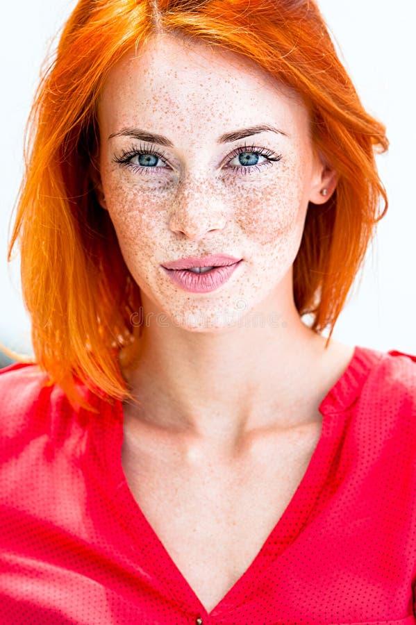Mulher freckled do ruivo bonito que sorri bordos sedutores, cortantes imagem de stock