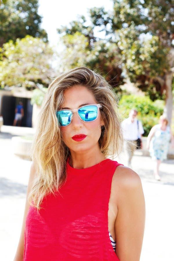 Mulher fresca com óculos de sol imagem de stock