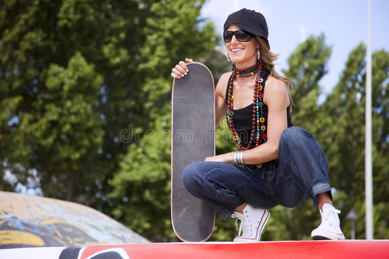 Mulher fresca do skate imagens de stock royalty free