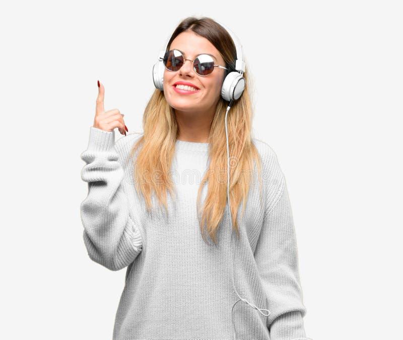 Mulher fresca nova do estudante com fones de ouvido fotos de stock royalty free