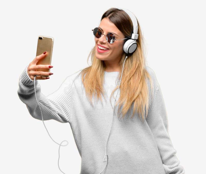 Mulher fresca nova do estudante com fones de ouvido fotografia de stock royalty free
