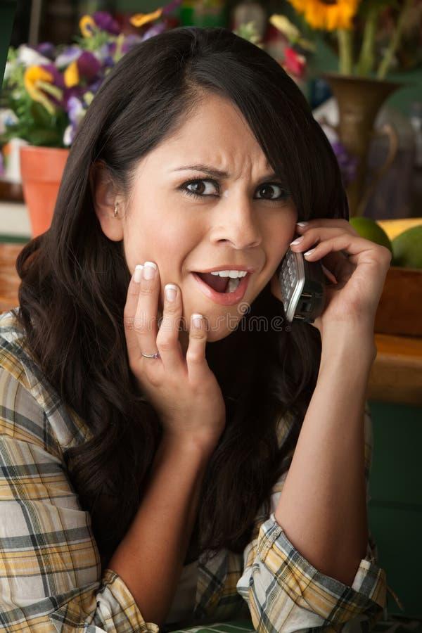 Mulher frustrante de Latina no telefone fotos de stock