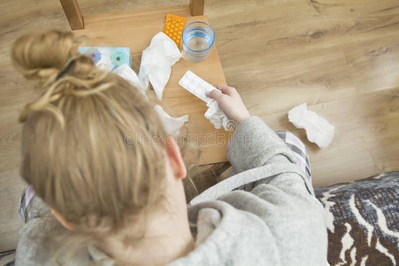 Mulher frustrante e cansado com muitos medicamento fotografia de stock