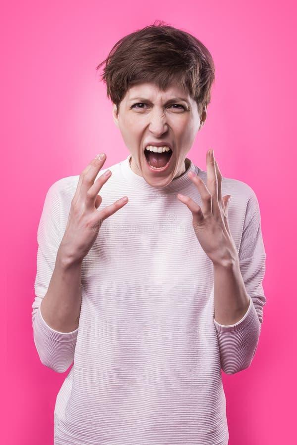 Mulher frustrante e irritada que grita Tiro do estúdio imagens de stock