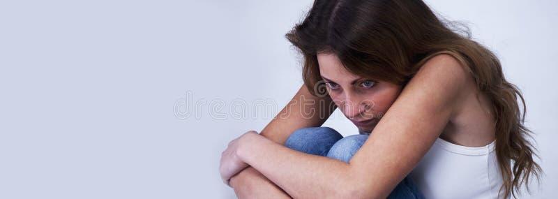 Mulher frustrante na depressão apenas com difficultie dos problemas fotos de stock