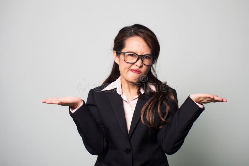Mulher furada e irritada Cara do enrugamento e para guardar para fora duas mãos a s imagem de stock