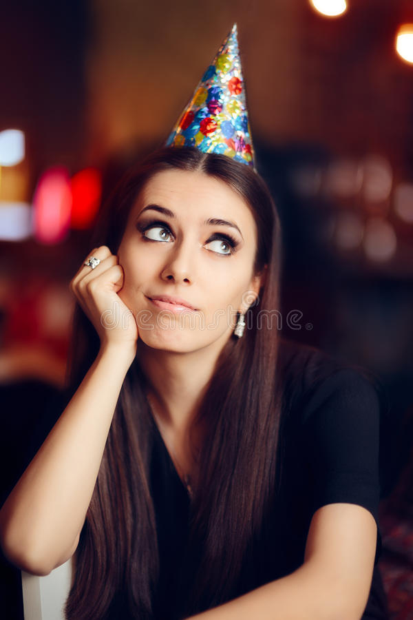 Mulher furada triste em um partido que não tem nenhum divertimento fotografia de stock royalty free