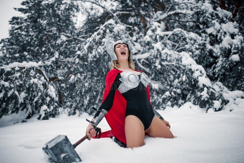 Mulher furioso na imagem do deus de trovão Germânico-escandinavo e de tempestade Cosplay fotografia de stock